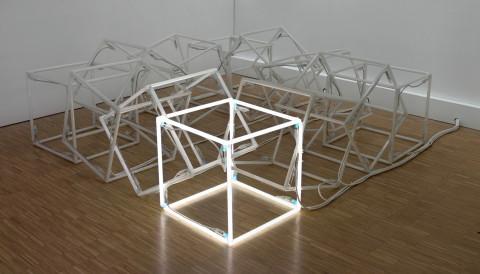 Jeppe Hein, Moving Neon Cube (Cube de néon en mouvement), 2004 - Vue d'ensemble