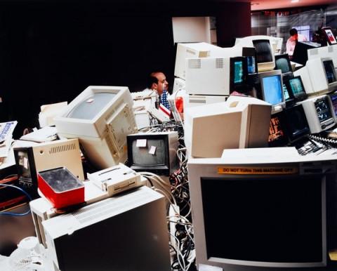 Lars Tunbjörk (1956 - 2015, Stockholm), Ensemble de 4 photographies de la série ''Kontor'' (Office)  Stockbroker, Photo n°3, New York, 1997, Epreuve chromogène, 50 x 60 cm, Achat en 2008, Collection Centre Pompidou, Paris Musée national d'art moderne - Centre de création industrielle - numéro d'inventaire : AM 2008-27 (3)