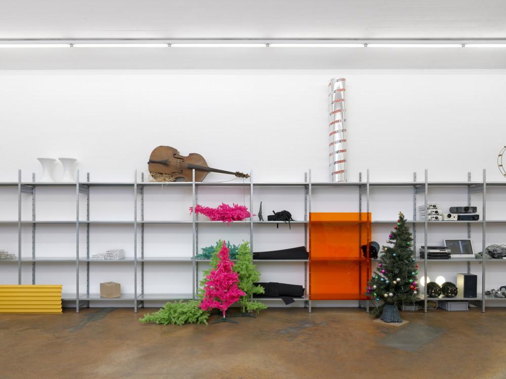 Vue de l'exposition Quicksand 2, MAMCO, Genève, 2019 Installation, matériaux divers  Dimensions variables  Courtesy de l'artiste © Annik Wetter