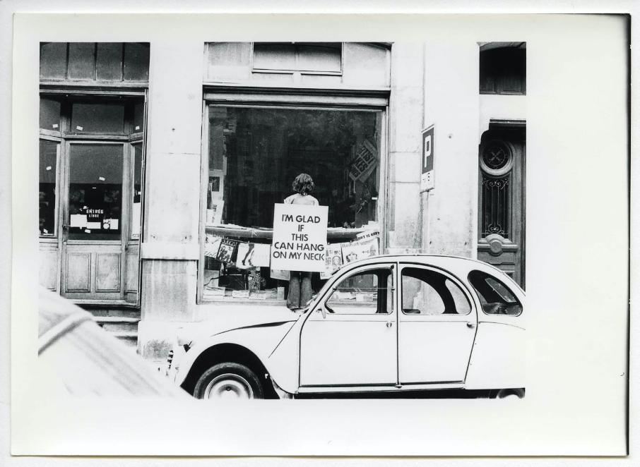 Performance Endre Tót, 11 juin 1976, devant la Galerie Ecart, 6 Rue Plantamour© Archives Ecart