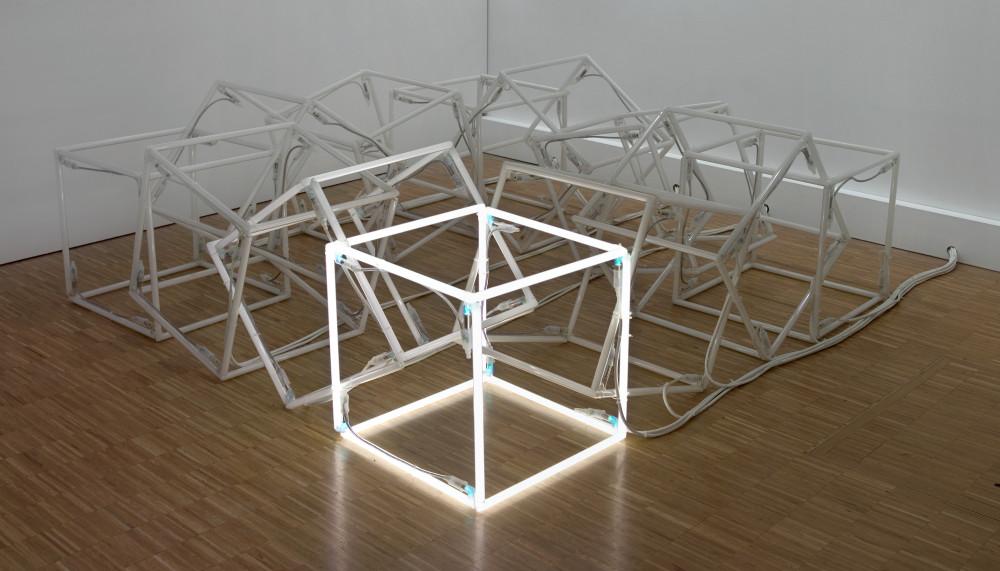 Jeppe Hein, Moving Neon Cube (Cube de néon en mouvement), 2004 - Vue d\'ensemble© Centre Pompidou, MNAM-CCI/Philippe Migeat/Dist. RMN-GP© Courtesy : Johann König, Berlin