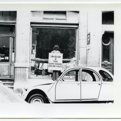 Performance Endre Tót, 11 juin 1976, devant la Galerie Ecart, 6 Rue Plantamour